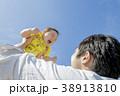 公園で遊ぶ父親と息子 38913810