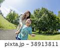公園で遊ぶ母親と息子 38913811