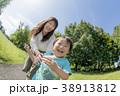 公園で遊ぶ母親と息子 38913812
