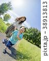 公園で遊ぶ母親と息子 38913813