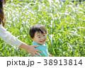 公園で遊ぶ母親と息子 38913814