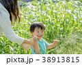公園で遊ぶ母親と息子 38913815