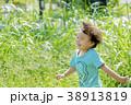公園を走る男の子 38913819