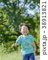 公園を走る男の子 38913821