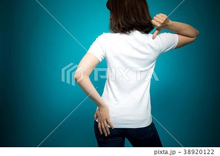 Tシャツを見せる女性 38920122