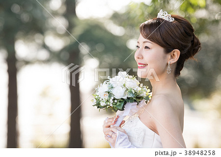 ウエディングドレスの女性 ブライダル 花嫁 38948258