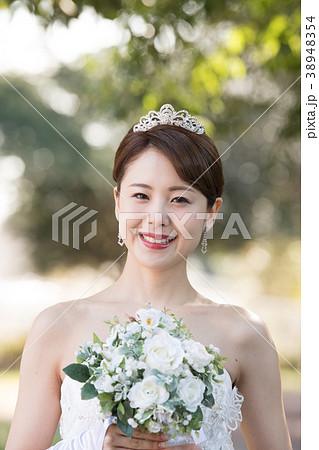 ティアラをつけた花嫁 ウエディングドレスの女性 38948354