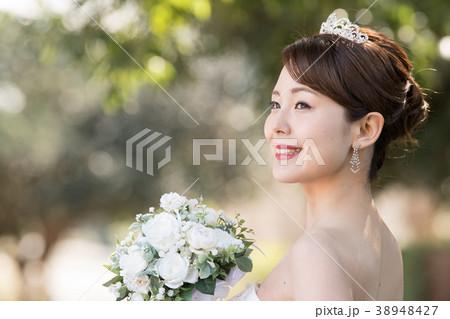 d6ab459dff528 ティアラをつけた花嫁 ウエディングドレスの女性の写真素材  38948427 ...