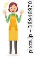エプロンをつけた中年主婦が驚いている 38948970
