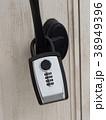 ドアにつけられたキーボックス 38949396