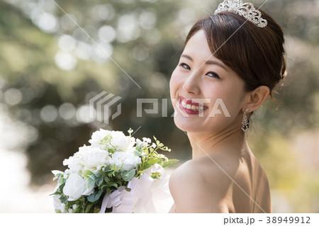 055a26679690a ティアラをつけた花嫁 ウエディングドレスの女性の写真素材  38949912 ...