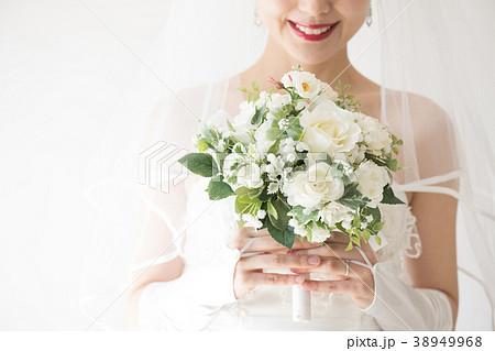 ブーケを持つウエディングドレスの女性 手元 38949968