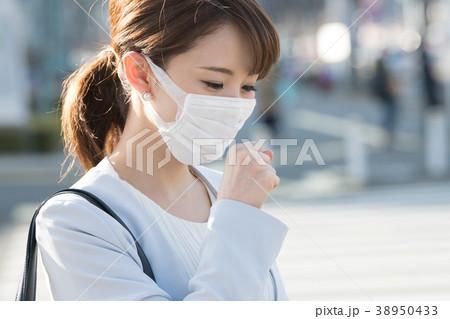 マスクをするビジネスウーマン 38950433