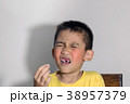 boy is toothache 38957379