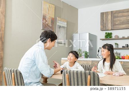 家族 父親 お父さん 姉弟 勉強 ダイニングキッチン ライフスタイル 宿題する小学生 38971155