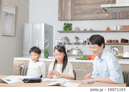 家族 父親 お父さん 姉弟 勉強 ダイニングキッチン ライフスタイル 宿題する小学生 38971165