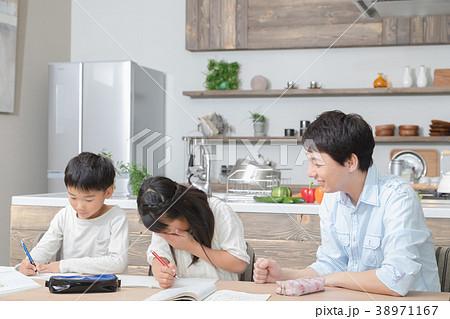 家族 父親 お父さん 姉弟 勉強 ダイニングキッチン ライフスタイル 宿題する小学生 38971167