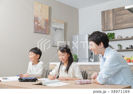 家族 父親 お父さん 姉弟 勉強 ダイニングキッチン ライフスタイル 宿題する小学生 38971169
