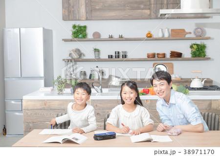 家族 父親 お父さん 姉弟 勉強 ダイニングキッチン ライフスタイル 宿題する小学生 38971170