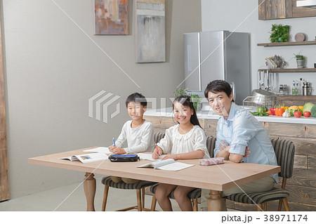 家族 父親 お父さん 姉弟 勉強 ダイニングキッチン ライフスタイル 宿題する小学生 38971174