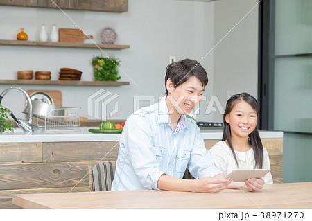 タブレット端末を操作する親子 父と娘 タブレットを見る親子 父親 お父さん 娘 女の子 生活感 38971270