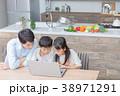 パソコン ダイニングキッチン 家族の写真 38971291
