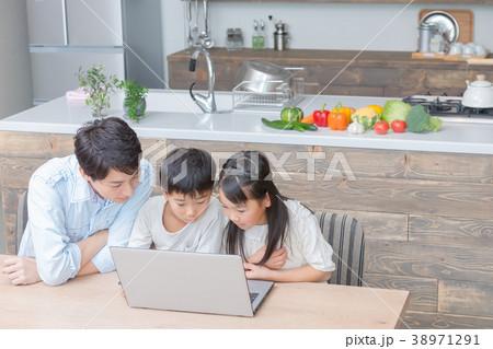 パソコンを使う家族 父親 お父さん 姉弟 勉強 ダイニングキッチン ライフスタイル 宿題する小学生 38971291