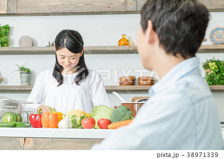 食事をする夫婦 カップル 夫婦 料理 生活感 38971339