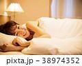 ホテル 女性 寝る 睡眠  38974352