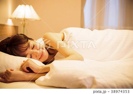 ホテル 女性 寝る 睡眠  38974353