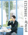 カフェの30代男性 38982523