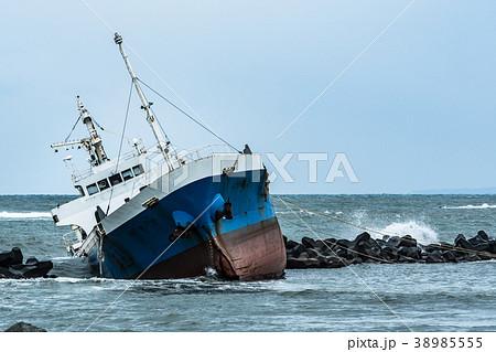 座礁した貨物船 / 海難事故のイメージ 38985555