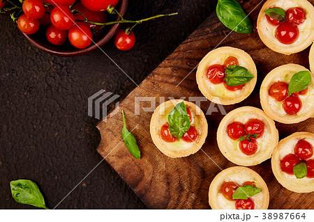 Mini tarts with cherry tomatoes 38987664