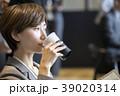 コワーキングスペースでコーヒーを飲むキャリアウーマン 39020314