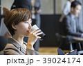コワーキングスペースでコーヒーを飲むキャリアウーマン 39024174