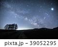 嬬恋高原 カラマツの丘と浅間山と天の川 39052295