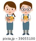 ペットを抱っこする男女 39055100