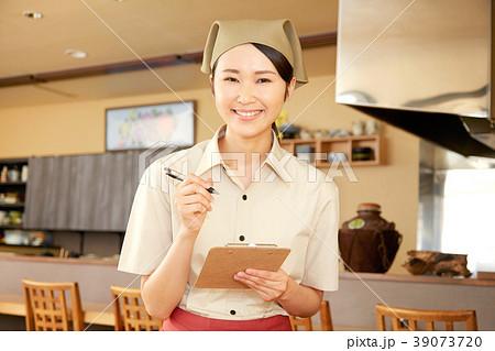 注文をとる飲食店の店員 39073720