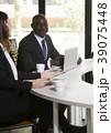 黒人 ビジネスマン 打ち合わせの写真 39075448