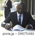 男性 黒人 ビジネスマンの写真 39075480