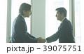 白人 二人 ビジネスマンの写真 39075751