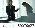 ビジネスウーマン 先輩と後輩 39076027