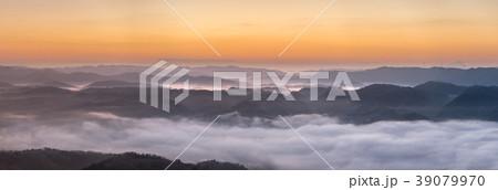 大撫山から望む、オレンジ色に染まる元日の雲海(兵庫県佐用町) ※作品コメント欄に撮影位置情報有り 39079970
