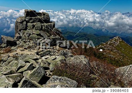 奥秩父・金峰山山頂の五丈岩と雲上の南アルプス 39086403