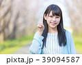 公園で指差しをする若い女性 39094587