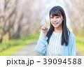 公園で指差しをする若い女性 39094588