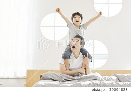 挙手 手を挙げる 息子 39094823
