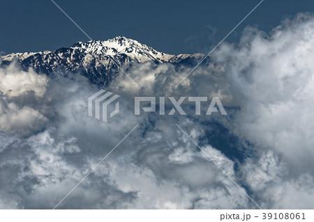 奥秩父・金峰山から望む雲上の仙丈ヶ岳 39108061