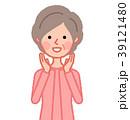 呼びかけるシニア女性 39121480