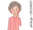 赤面するシニア女性 39130837